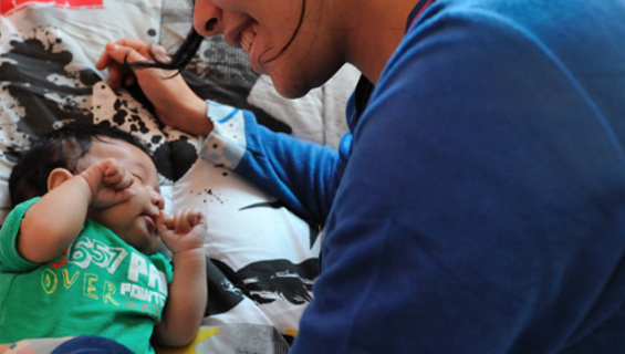 A girl with a newborn in the shelter of Ain Ghazal in Oujda © 2013 UNFPA/Morocco